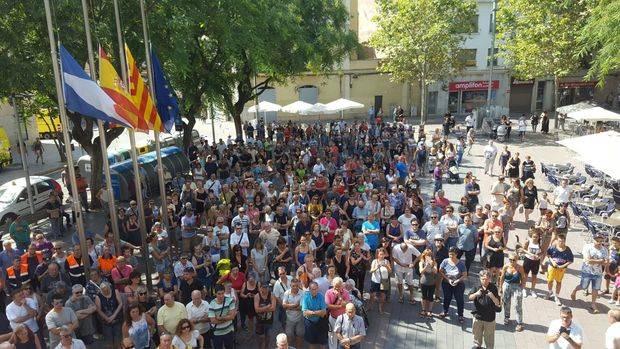 Instante previo a los cinco minutos de silencio desde el balcón del Ayuntamiento de Sant Boi