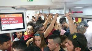 Tren, a la altura de L'Hospitalet, lleno de manifestantes a favor de la unidad de España