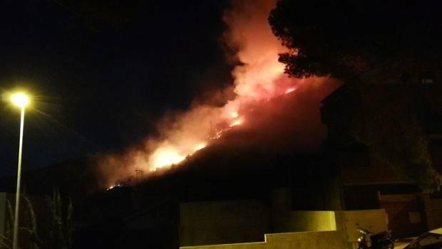 Un incendio forestal quema más de diez hectáreas en la zona del Poal de Castelldefels
