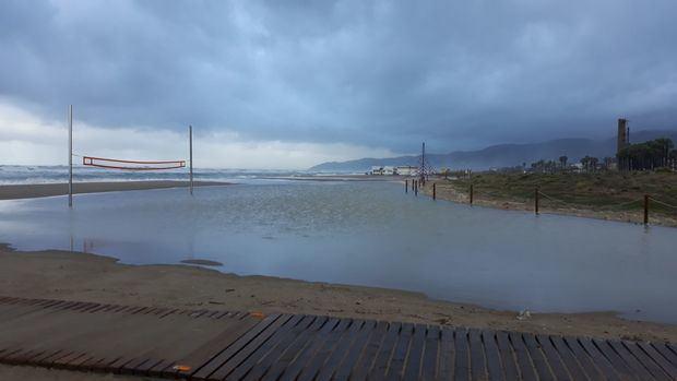 El temporal de lluvia se come las playas de Gavà y Castelldefels