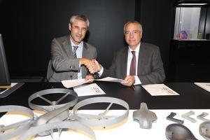 Ramon Pastor, presidente del IAM 3D HUB, y el delegado del Estado en el Consorci de la Zona Franca, Pere Navarro, firmando el convenio de colaboración para impulsar la incubadora.