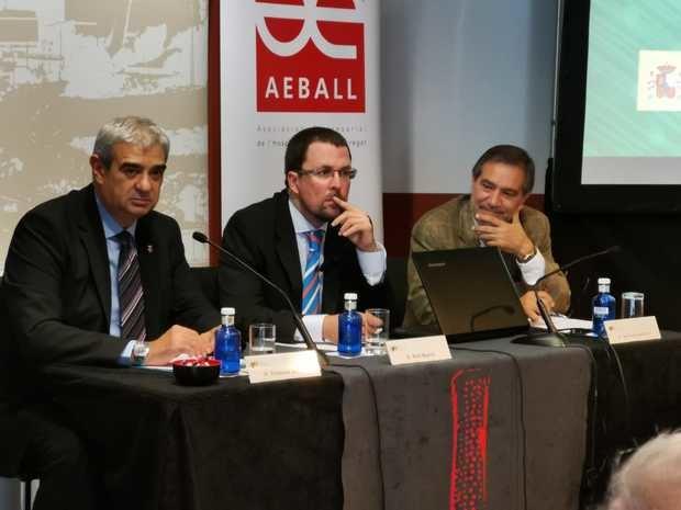 Blanco en el centro, junto al primer teniente de alcalde de L'Hospitalet, Francesc J. Belver, y el presidente de AEBALL/UPMBALL, Santiago Ballesté.