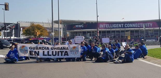 Los sindicatos de la Guardia Urbana de L'hospitalet se manifestaron el primer día del Mobile World Congress ante los asistentes.