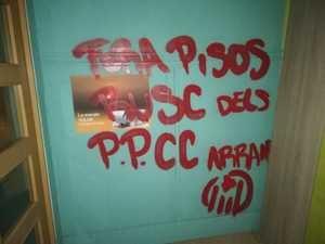 Pintadas en la entrada al establecimiento.