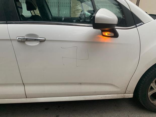 Esvástica pintada en una de las puertas del coche del activista y concejal no adscrito.