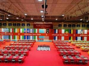 Las mesas aguardan la llegada de los jugadores.