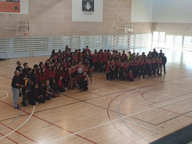 Foto de familia de todos los equipos del club junto con las autoridades.