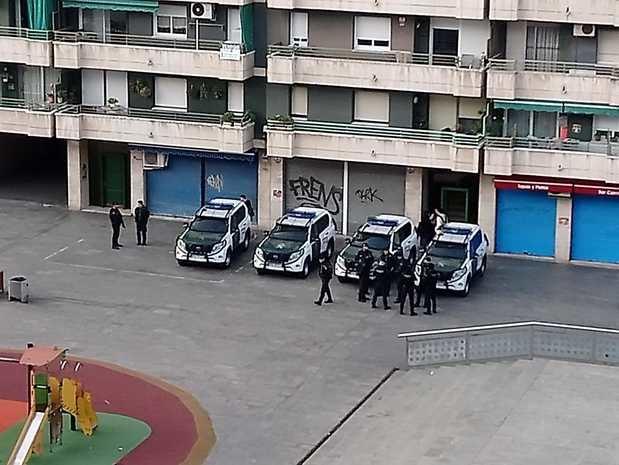 Una imagen de primera hora de la mañana en la plaza de la Llibertat de L'Hospitalet.