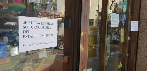 Algunos establecimientos, como este de Sant Boi, recomiendan civismo para evitar aglomeraciones innecesarias.