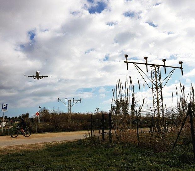 Una aeronave sobrevuela los espacios naturales del Delta justo antes de aterrizar en El Prat