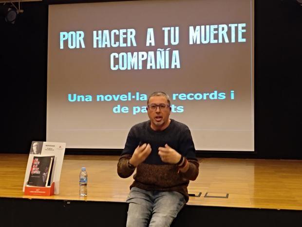 Villanueva en la presentación de su libro en Castelldefels.