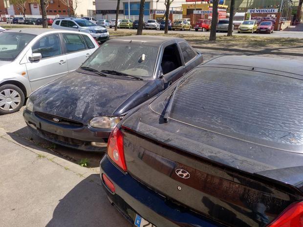 En la zona proliferan coches abandonados que se deterioran día tras dia. Los fines de semana, sobre todo después de las noches de fiesta, algunas calles presentan un estado lamentable de suciedad