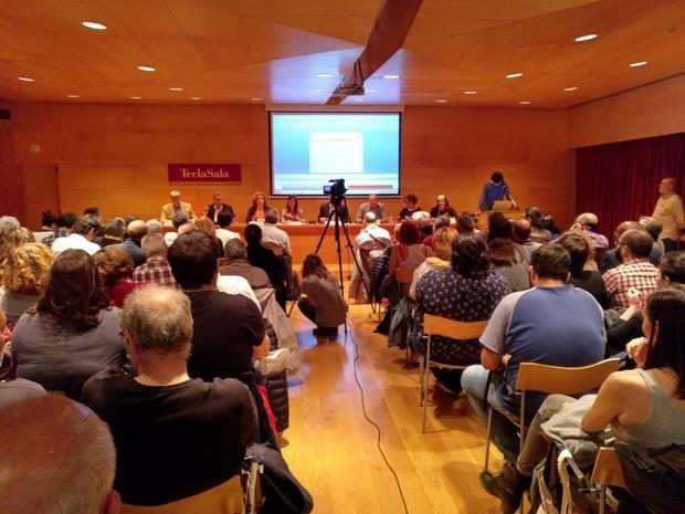 La sala de actos de la Tecla Sala, abarrotada durante el debate al que no asistió Marín.