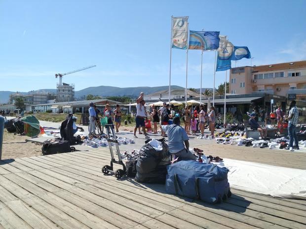 En pocos metros, manteros y artesanos coinciden en la zona de la playa.