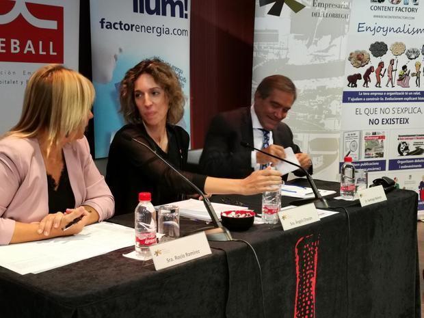 La consellera en el centro, acompañada por Rocío Ramírez, concejala de Empresa de L'Hospitalet, y Santiago Ballesté, presidente de AEBALL.