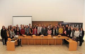 Foto de familia de alcaldes y alcaldesas y agentes sociales de la comarca.