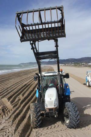 L'AMB prepara les platges del territori amb els tradicionals llaurats i garbellats de les 41 platges metropolitanes