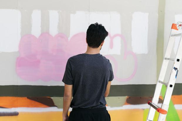 Imon Boy pintando su mural para el 12+1 en Sant Vicenç.