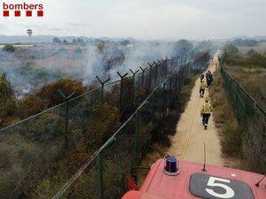 Un incendio junto a la zona de La Ricarda obliga a modificar las pistas de aterrizaje y de despegue del Aeropuerto Barcelona-El Prat