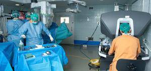 Intervención urológica donde se puede ver al cirujano operando a distancia desde una consola.