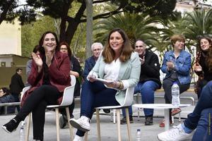 Ada Colau -izquierda- junto a Candela López en su acto de presentación como alcaldable por Castelldefels.