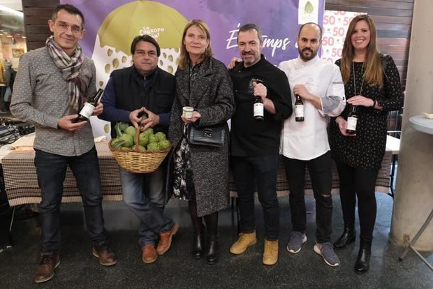 Lluïsa Moret -tercera por la izquierda- durante la presentación de la campaña 'Carxofa de Sant Boi' este viernes