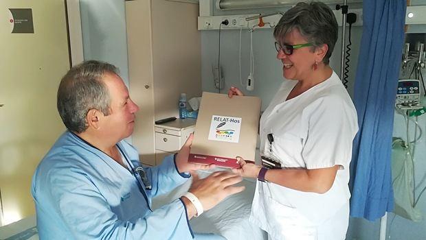 La enfermera Antonia Castro, principal responsable del proyecto, librando una de las carpetas a los pacientes donde escribir su relato sobre la estancia en el Hospital de Bellvitge.