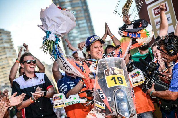Laia Sanz en el podio del Dakar 2017