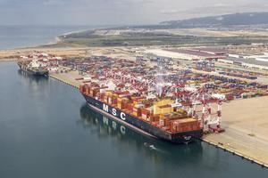 Llega a Barcelona el MSC Sixin, el mayor carguero que ha atracado nunca en el puerto