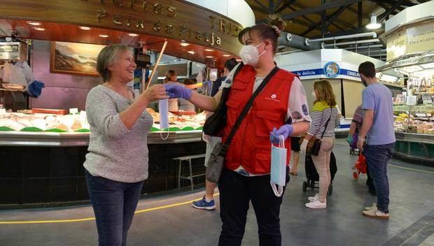 L'Hospitalet distribueix 5.000 mascaretes entre els usuaris dels vuit mercats municipals