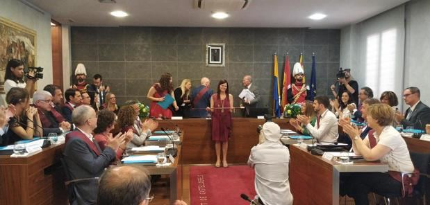 María Miranda recoge el bastón de mando tras ser elegida alcaldesa con los votos de ERC y Movem.