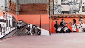 Anna Repullo reproduce la estación de tren en el mural de la Ateneu Santfeliuenc