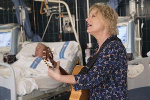Actuación de Marina Rossell en el Hospital de Bellvitge.