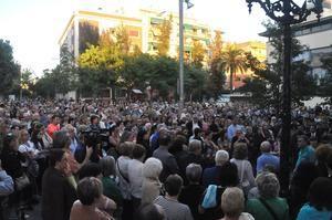 La plaza de la Iglesia se llenó de vecinos que quisieron arropar a la familia de Cristina Ortiz.