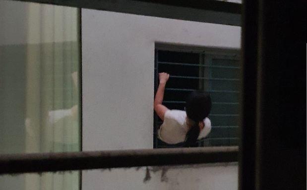 La presión y la unidad vecinal expulsan a una mafia okupa de un piso de El Prat