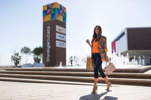 Ona Carbonell frente al centro outlet de Viladecans.