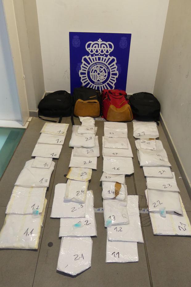 Interceptan en el Prat a dos 'muleras' con 11 kilos de cocaína en sus maletas
