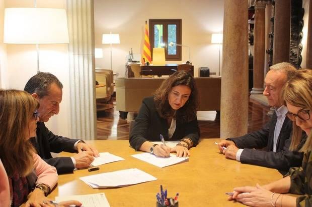 Conesa firma el crédito de Sant Joan Despí junto a Antoni Poveda (derecha), alcalde del municipio baixllobregatense