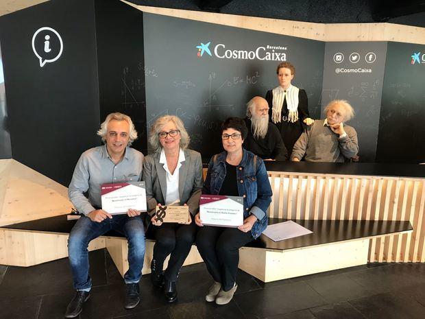 Profesionales del Hospital de Viladecans recibiendo el premio y los diplomas.
