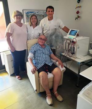 Paciente del Hospital de Bellvitge realizando una hemodiálisis a domicilio