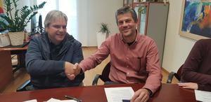 Paloma (Junts) i Riera (Bloc), sellan un acuerdo de gobierno.