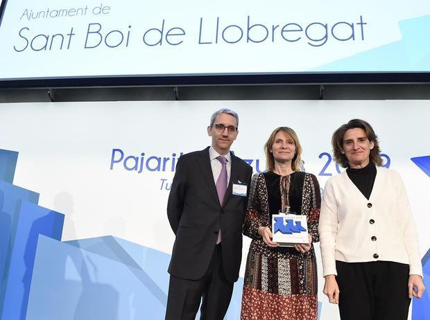 La alcaldesa de Sant Boi, Lluïsa Moret -en el centro-, recogiendo el premio de ASPAPEL.