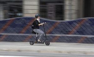 Viladecans multará a los conductores de patinetes eléctricos que circulen por la acera