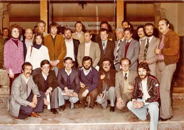 Els regidors de l'Ajuntament del Prat, el 1979, el dia de constitució del ple. Pilar Yagüe, de peu, és la segona per l'esquerra, amb jersei blanc. A sota, ajupit, Lluís Tejedor.