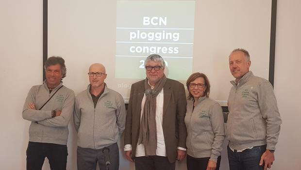 Presentación del BCN Plogging Congress. Antonio Balmón -centro-, Teresa Ferrés -segunda derecha-, y Alfred Bosch -último derecha- junto a dos representantes más de la convención internacional que tendrá lugar en Cornellà