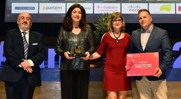 Rocío García -segunda por la izquierda- y Javier González -primero a la derecha- recogen el premio Alan Turing.