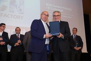 Juan Carlos Valero, editor ejecutivo de El Llobregat, recoge el Premi de Reconeixement del Cercle d'Infraestructures.