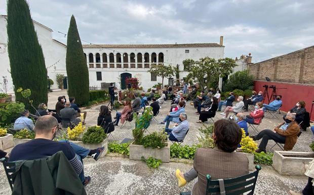 Presentació del llibre al pati de la finca vitivinícola Ca N'Estella, a Sant Esteve de Sesrovires (BCN Content Factory)