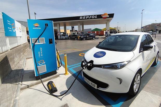 Can Calderón estrena el primer punto de recarga rápida para vehículos eléctricos de Sant Boi