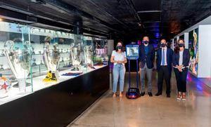 Un chico ingresado en Sant Joan de Déu y un robot reabren el Museu del Barça